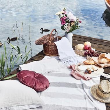 Wiosna w pełni, dni są coraz dłuższe i cieplejsze. Sprzyjająca aura skłania do spędzania czasu poza domem. Piknik w plenerze? Jesteśmy zdecydowanie na tak! Chętnie będziemy towarzyszyć w przygotowaniach, aby było praktycznie i…stylowo!  Must have 1 – kosz piknikowy! Wykonany z wikliny i wypełniony po brzegi wszystkim tym, co niezbędne podczas ucztowania na świeżym powietrzu.  Must have 2 – koc lub mata! Konieczne w pięknym, nasyconym kolorze lub we wzory: paski, palmy, kratę. Przydatne będą także materiałowe poduchy, pufy i leżaki.  Must have 3 – naczynia! Na ucztę w plenerze zabierz ze sobą lekkie naczynia w żywych kolorach. Zamiast jednorazowego plastiku wybierz modele wykonane z kolorowej melaminy lub ekologicznego bambusa! Są nietoksyczne i przyjazne dla środowiska. Materiał prasowy/ Westwing.pl