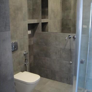 Łazienka z gresu. Kompleksowe wykończenie łazienki płytkimi podłogowymi – gres.W łazience zostały wykonane : adaptacje hydrauliki kanalizacji elektryki , podłączenia wc podwieszanego , instalacja odpływu liniowego,montaż baterii podtynkowych oraz instalacja prysznica podtynkowego, instalacja grzewcza w łazience montaż grzejnika,montaż kabiny prysznicowej z odpływem liniowym , sufit podwieszany w łazience , wklejanie lustra . Kompleksowa adaptacja i wykończenie łazienki .Została wykonana instalacja zaworu podtynkowego z adaptacją do zabudowy geberitu , zawór wykorzystany został do wykonania bidetki – połączenia WC podwieszanego z funkcją bidetu