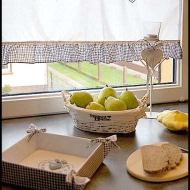 Zazdroski, koszyczek na pieczywo z drewnianymi serduszkami - oj lubimy lubimy :)Do delikatnego zestawu dobraliśmy biały, metalowy świecznik z romantycznym serduszkiem.