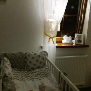 """W oczekiwaniu na najmłodszą pociechę łóżeczko staje się chyba najważniejszym mebelkiem :)było dużo wolnego czasu więc pokusiłam się o przemalowanie komody z """"sieciówki"""" na biało. Czy warto? Oczywiście, że tak. Kilka godzin i gotowe a na dowód zdjęcie drzwiczek od wewnętrznej strony jeszcze przed malowaniem."""