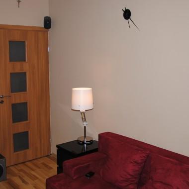 """Mały pokój ,troszkę """"zagęszczony"""" ,ale to co potrzebne - jest.Pokój ma tylko 12 m/kw i musiała się w nim jeszcze szafa zmieścić :) Parę rzeczy jeszcze zmienię co pokażę potem.Sugestie mile widziane.Zapewne nie każdemu się spodoba ,ale ile nas tyle gustów..."""