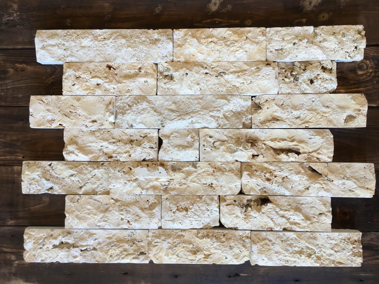Ściany, Rafa - Cegiełki są z jednej strony cięte co ułatwia ukladanie a z drugiej maja naturalny wygląd. Widoczne są muszle.