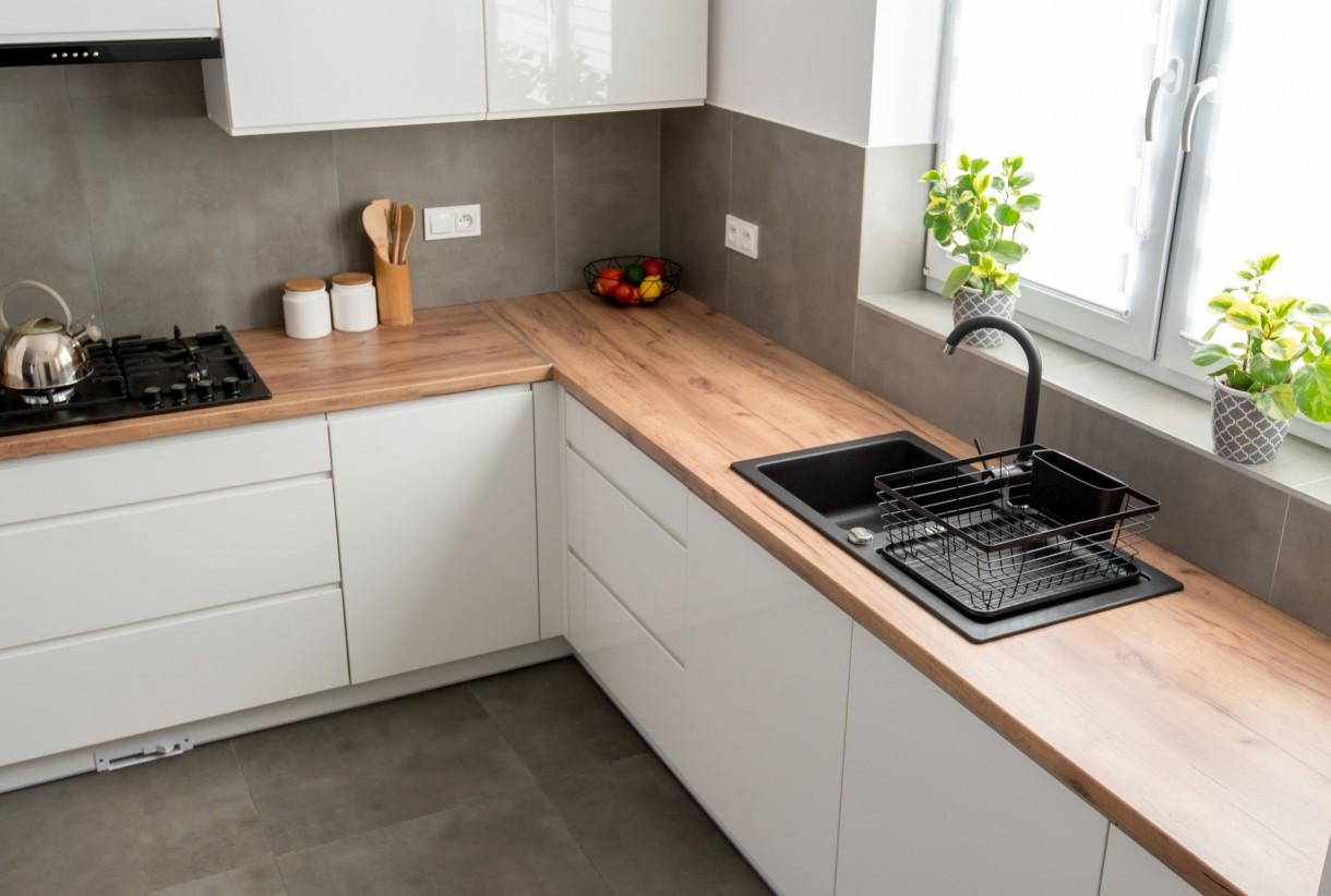 """Kuchnia, Co na ściany w kuchni? - Beton architektoniczny  Beton architektonicznego to dobry wariant dla osób preferujących niedrogie, ale i bardziej przyjazne środowisku rozwiązania. Materiał ten dopasujemy nie tylko do wnętrz loftowych, czy industrialnych. W parze z delikatniejszymi dodatkami będzie on kreował wrażenie """"przytulności"""". Kolejnymi jego plusami to odporność na kuchenne uwarunkowania, ważny jest tutaj jednak odpowiedni montaż (na mocnym kleju lub z użyciem śrub) i impregnacja. Po obłożeniu nim ścian zaleca się dwukrotną impregnację przeznaczonym w tym celu specyfikiem.  Fot.123RF.com"""