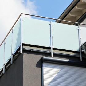Jak umyć szklaną balustradę na piętrze?