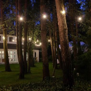 Oświetlenie ogrodu za pomocą girlandy świetlnej, ogród w Konstancinie pod Warszawą