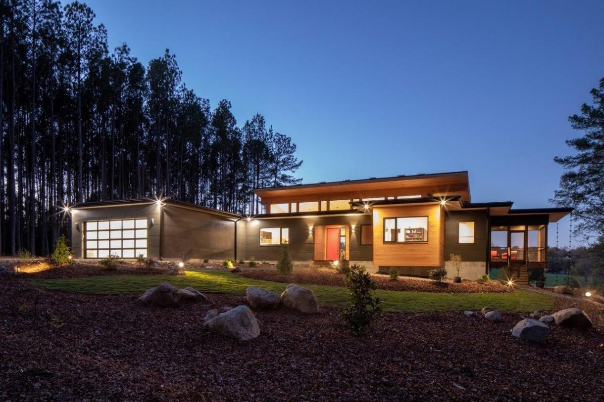 Domy i mieszkania, Rezydencja Baboolal – amerykański sen w Chapel Hill - Projekt amerykańskiej rezydencji zakładał stworzenie funkcjonalnej, nowoczesnej, ekologicznej i jasnej przestrzeni dla całej rodziny. Wykonawcy inwestycji zdecydowali się na montaż okien polskiego producenta – firmy AWILUX – ze względu na możliwość stworzenia ogromnych przeszkleń przy jednoczesnym zachowaniu wysokich parametrów termoizolacyjnych zgodnych ze standardem budownictwa pasywnego. Wizualny efekt końcowy budynku wraz z otaczającą go roślinnością gwarantuje doznania estetyczne na najwyższym poziomie.