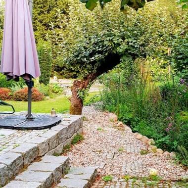 Teren wokół domu i tarasu też jest w kamieniach.