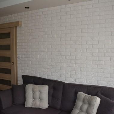 Moim zdaniem jest lepiej, ponieważ na tle ciemnej ściany ginął kształt kanapy.