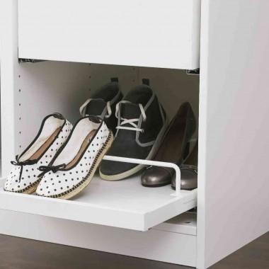 W wyposażeniu szafy może znaleźć się też wysuwana półka na buty.
