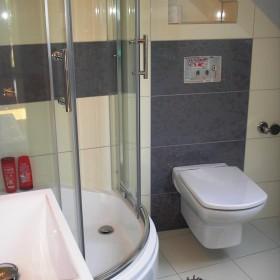 bardzo mała łazienka na poddaszu