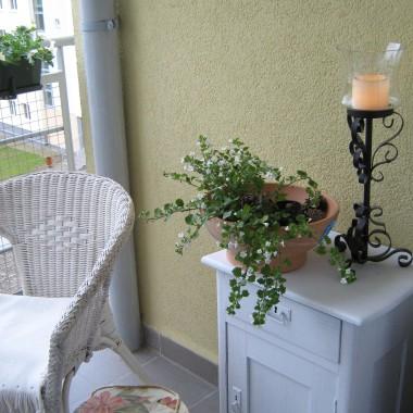 ... kawałek balkoniku z kwiatkami białymi .... blok jest nowy i żadnych kwietników nie mogę powiesić  na elewacji ...