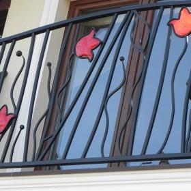 Czerwone tulipany  w balustradzie
