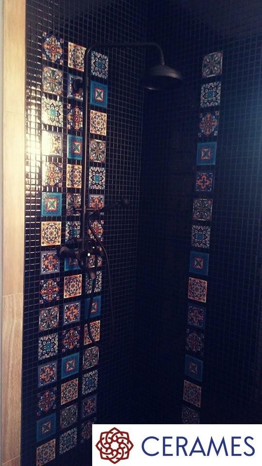 Łazienka, Burza kolorów w aranżacji łazienki - Co decyduje o wyjątkowości łazienki? Bez dwóch zdań jest to  gustowna glazura! Na zdjęciu widzimy niezwykle dekoracyjne , wzorzyste płytki o nietuzinkowych wzorach. Zestawienie płytek o różnych wzorach robi piorunujące wrażenie. Łazienka emanuje bogactwem kolorów  i niepowtarzalnym klimatem.