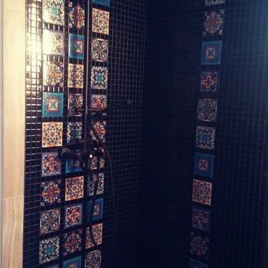 Co decyduje o wyjątkowości łazienki? Bez dwóch zdań jest to  gustowna glazura! Na zdjęciu widzimy niezwykle dekoracyjne , wzorzyste płytki o nietuzinkowych wzorach. Zestawienie płytek o różnych wzorach robi piorunujące wrażenie. Łazienka emanuje bogactwem kolorów  i niepowtarzalnym klimatem.