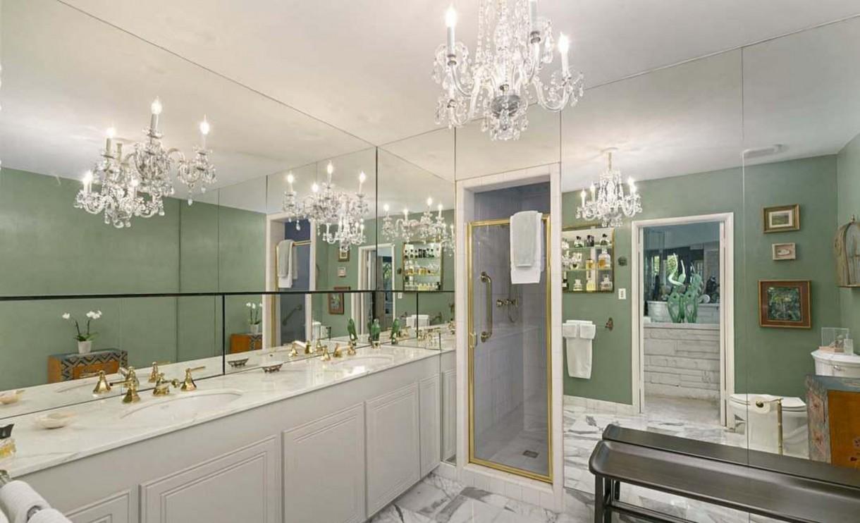 Domy sław, Nowy dom Annie Lennox - W luksusowej, marmurowej łazience zawieszono błyszczący, kryształowy żyrandol. Wszystkie ściany pokrywają lustra.    Źrodło: IMP FEATURES/East News