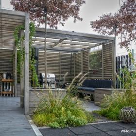 Mały, miejski ogród na dachu garażu