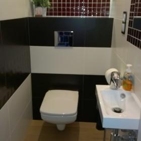 Aranżacja łazienki i pomieszczenia wc w bloku z wielkiej płyty