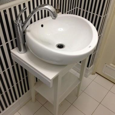 Stolik nocny Ikea wykorzystany jako szafka pod umywalkę