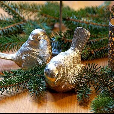 Do metalowej klatki z ptaszkami i szarego świecznika dodaliśmy srebrne ptaszki.W gałązkach świerku wyglądają stylowo i świątecznie i gotowe :)