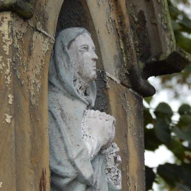 Taki nadałam tytułZ całą świadomością tych słów,które zapisały się w naszej historii(potoczna nazwa konstytucji sejmowej z 1505 r ) Chcę jednak zwrócić uwagę na znaczenie słówNIHIL NOVI z łaciny znaczy NIC NOWEGOWszystko stare ,właśnie tak...Przedstawiam foty starych budowli i przedmiotów.Stare ruiny zamku w Ujeździe...drewniany kościółek w Kluczu,kapliczki i całe mnóstwo starych przedmiotów na targu staroci...Na zdjęciu nr 1 na pierwszym planie piękna patera z manufaktury w Miśni  .Cena:1250 złTa druga francuska Limoges za 250 zł .Trzeba być znawcą żeby wiedzieć z jakiego okresu pochodzi i umiejętnie ocenić wartość.Porcelana z Miśni w dzisiejszych czasach szczególnie poszukiwana...ale także porcelana rosyjska:Łomonosow i Kuzniecow.Jednak perełki dla prawdziwych kolekcjonerów to porcelana z manufaktur Korca i Baranówki.Większość z nich zdruzgotały wojny albo ugryzł ząb czasu a to co zostało dziś znajduje się w muzeach i najlepszych zbiorach kolekcjonerskich.