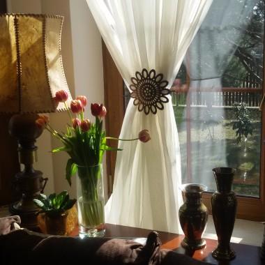 W sobotę wstałam bardzo wcześnie, bo chciałam wyrobić się z domowymi obowiązkami. Zachwyciło mnie poranne słońce. Pijąc w końcu poranną kawę postanowiłam zrobić parę zdjęć muskanemu słońcem salonowi.