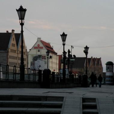 Bardzo zimny wieczór nie zachęca turystów do spacerów. O tej porze powinno być tłoczno na Długim Pobrzeżu.