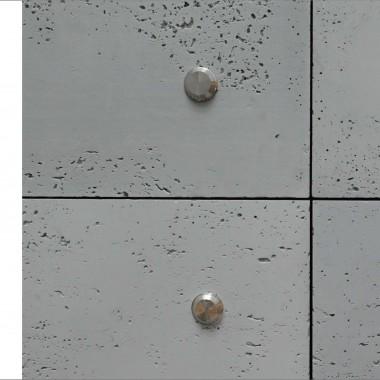 Płyty Luxum z betonu architektonicznego przykręcane do ściany. Na zdjęciu widoczne nakładki maskujące ze stali nierdzewnej na łeb śruby . Do zakupu w salonie Luxum.
