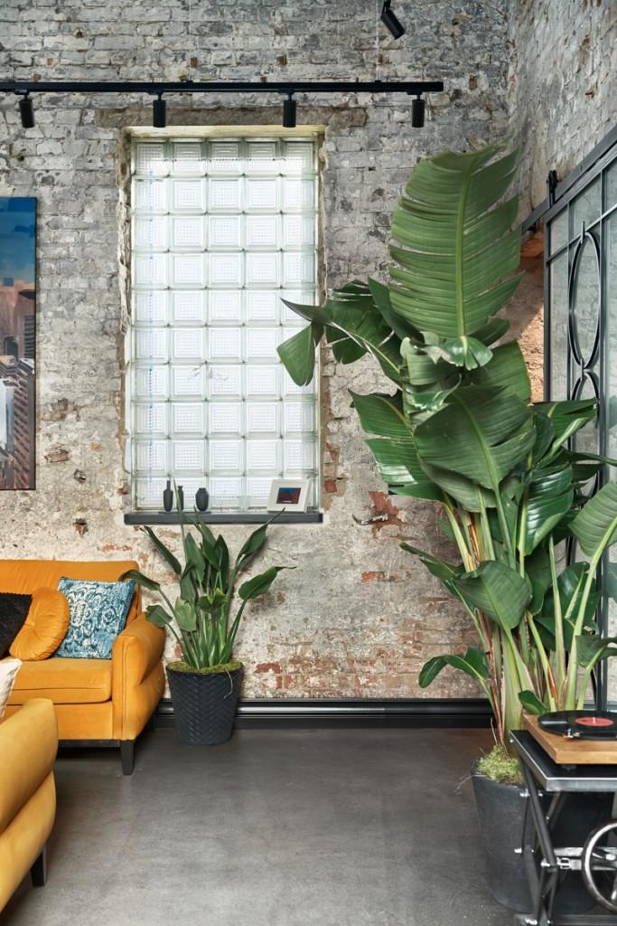 Domy i mieszkania, W industrialnym klimacie, czyli mieszkanie w stylu loft - Surowo, ale nowocześnie W mieszkaniach urządzonych w industrialnym klimacie spotykamy charakterystyczne materiały takie jak cegła, beton, metal i kamień. Do takiej aranżacji najbardziej nadają się mieszkania wysokie, pełne przestrzeni – najlepiej w pofabrycznych budynkach. Właśnie takie mieszkanie miała okazję zaprojektować pracownia Sikora Wnętrza, przed którą inwestor postawił wyzwanie: zaadaptowania starej kuźni mieszczącej się w Fabryce Pomp. Miejsce zobowiązywało do oryginalnego wystroju, poniekąd nawiązywało już do stylu loftowego, ale prawdziwe czary powstały dopiero spod ręki architektów z pracowni Sikora Wnętrza.