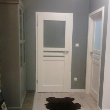 na wprost drzwi od garderoby, po prawej pokoik synka. a po lewej widac witrynke na szklo.