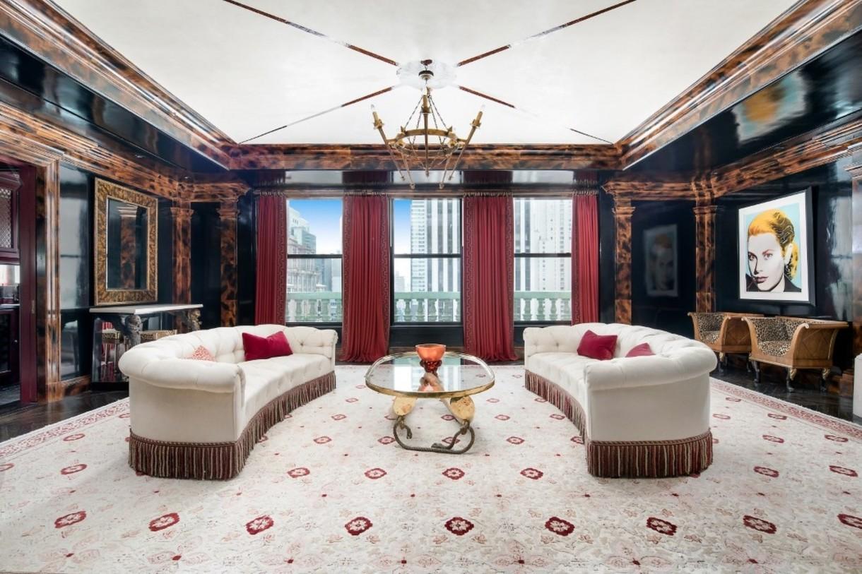Domy sław, Tommy Hilfiger sprzedał swój ekstrawagancki apartament - Pokój dzienny posiada m.in. kominek, kolejny neon i piękny widok na Central Park.  Źródło: IMP FEATURES/East News