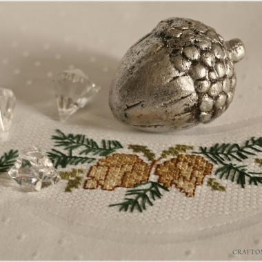 obrus, bożonarodzeniowy haft z motywem szyszek
