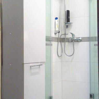 bez brodzika i dzięki składanym drzwiom prysznica jest bardzo przestrzenna i funkcjonalna.