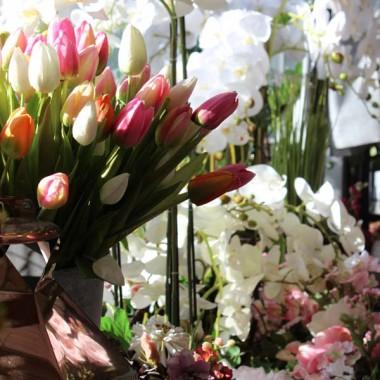 Piękne, wieczne kompozycje kwiatowe z naszej pracowni florystycznej tenDOM. Zapraszamy gorąco do odwiedzin w Komorowie, pod Warszawą lub na stronie internetowej. Od 6 lat dokładamy starań, aby zaoferować Wam śliczne, dopracowne w najdrobniejszym szczególe kompozycje kwiatowe, wianki, dekoracje ze sztucznych roślin, trawy w donicach, stroiki okolicznościowe itp. Spójrzcie sami, co znajdziecie u nas, gdy nas odwiedzicie.