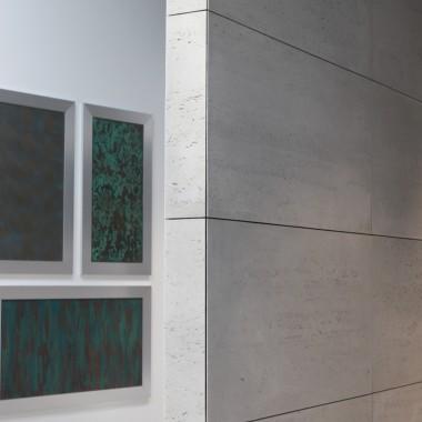 Łatwy montaż na klej z możliwością przycinania pod kątem.Płyty betonowe na ściany od Luxum w klasie INDUSTRIAL. Na zdjęciu płyta w najpopularniejszym kolorze - szary ciemny cementowy S51.Znajdź więcej informacji na luxum.pl