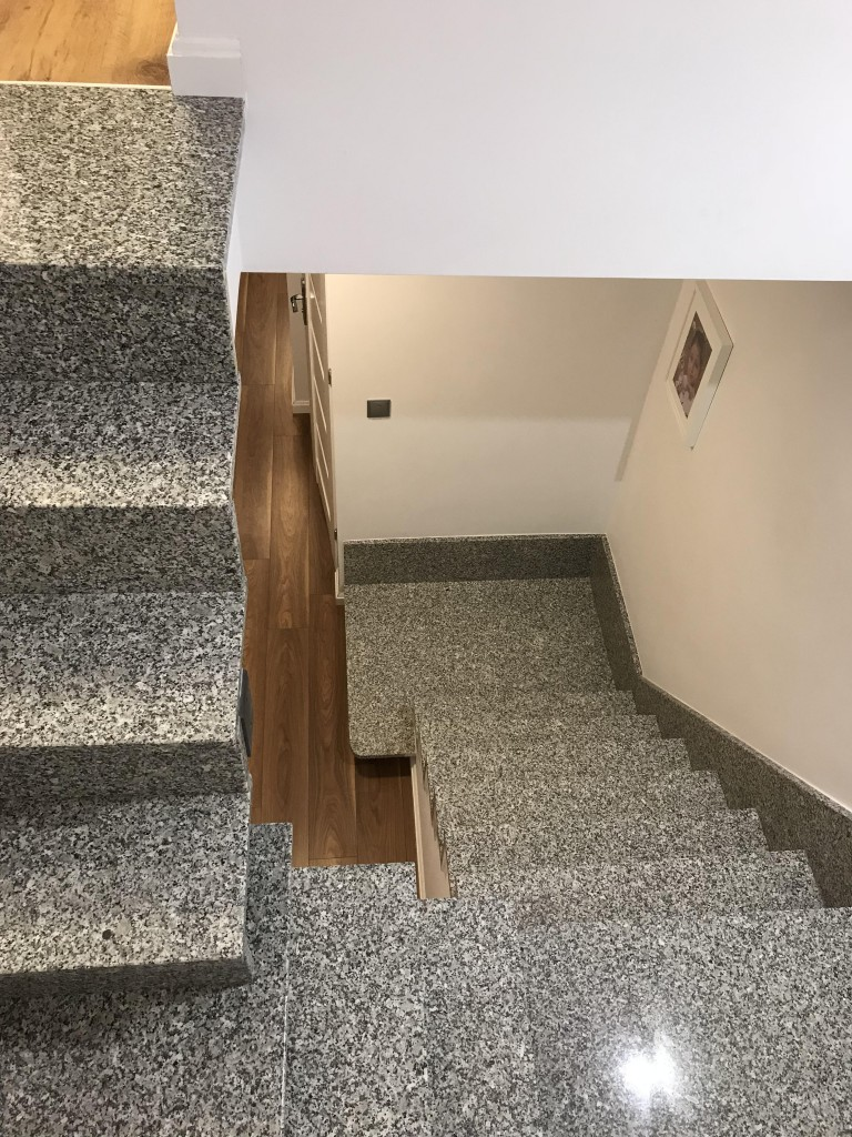 Pozostałe, Nasz nowy Dom - Granitowe schody, lecz jeszcze bez balustrady. Nie zdecydowaliśmy się jeszcze z czego będzie zrobiona. Mnie podoba się taka delikatna ze szkla, która byłaby praktycznie nie widoczna, ale rozważamy opcję balustrady metalowej, takich ażurowych paneli.