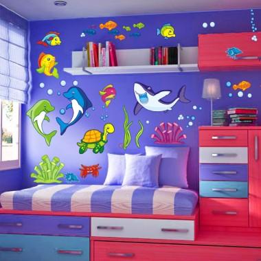 Pierwszy pomysł na mebelki był taki tyle ze w jasnych stonowanych kolorach.Brakuje tu jednak szafy a ta wydaje mi się naprawdę potrzebna. Adres strony dla zainteresowanych http://naklejki-dekoracje.pl/tag/naklejki-na-sciane-dla-dzieci