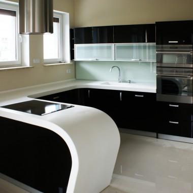 Czarno biała kuchnia na zamówienie z giętym blatem kompozytowym