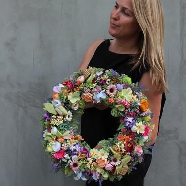 Piękne kwiatowe dekoracje z wiecznych roślin. Nasza pracownia już szósty rok stara się dla Was, abyście byli zadowoleni i usatysfakcjonowani z wyboru naszego sklepu. Zapraszamy ciepło po magiczne wianki, storczyki, trawy, sukulenty, flower boxy itp.