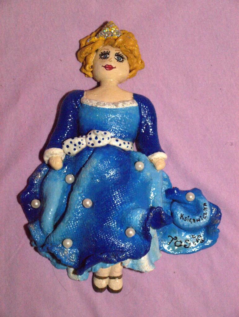 Pozostałe, Masa solna - osobista księżniczka - Osobista księżniczka z masy solnej. Pieczenie - 3,5 godziny Malowanie: farby plakatowe (czas malowania 6 godzin) Pozostałe ozdoby: brokat do paznokci, białe sztuczne perełki Lakierowanie: 3-krotne