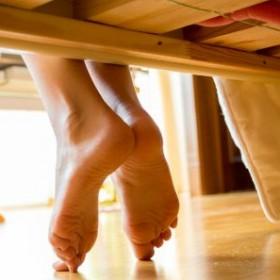 Miejsce w sypialni, dzięki któremu zaoszczędzisz przestrzeń