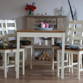 Kremowy stół z krzesłami