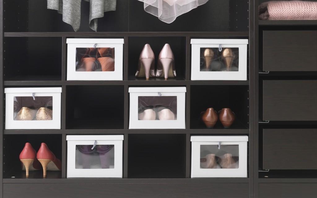 Garderoba, Pomysłowe przechowywanie - Decydując się na konkretny układ półek warto zwrócić uwagę, aby nie były za wysokie, ponieważ trudniej będzie utrzymać w nich porządek. Ciekawym rozwiązaniem są półki wstawiane, które dzielą wnętrze szafy na kilka lub kilkanaście części. Każda może być przeznaczona na inny rodzaj odzieży, np. na podkoszulki, bluzy, spodnie. Przestrzeń u samej góry szafy to dobre miejsce na rzeczy rzadziej używane lub sezonowe. Natomiast bieliznę oraz drobne akcesoria możemy przechowywać w szufladach.