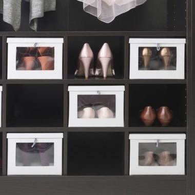 Decydując się na konkretny układ półek warto zwrócić uwagę, aby nie były za wysokie, ponieważ trudniej będzie utrzymać w nich porządek. Ciekawym rozwiązaniem są półki wstawiane, które dzielą wnętrze szafy na kilka lub kilkanaście części. Każda może być przeznaczona na inny rodzaj odzieży, np. na podkoszulki, bluzy, spodnie. Przestrzeń u samej góry szafy to dobre miejsce na rzeczy rzadziej używane lub sezonowe. Natomiast bieliznę oraz drobne akcesoria możemy przechowywać w szufladach.