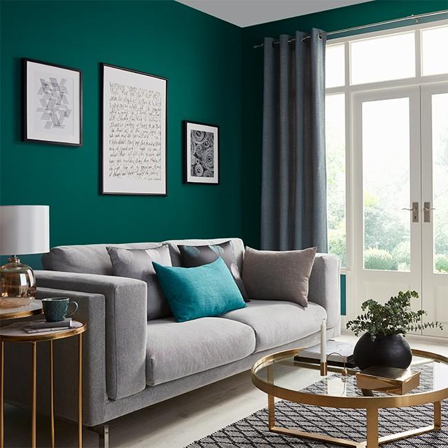 Dekoracje, Kolory Szczęścia - Szmaragdowa zieleń  Ciemna, szmaragdowa zieleń to świetna propozycja do nowoczesnych wnętrz z nutą klasyki. Doskonale koresponduje z szarościami, beżami, a także dodatkami o metalicznym, złotym lub miedzianym wykończeniu. Farba GoodHome premium ściany i sufity Milltown jest łatwa w aplikacji i zapewnia bardzo dobre krycie. Jest także odporna na szorowanie oraz powstawanie plam, dzięki czemu wybrany przez nas kolor zachowa dobry wygląd przez długi czas. Jeśli więc szukasz koloru do salonu urządzonego według najnowszych trendów, to będzie wybór idealny.