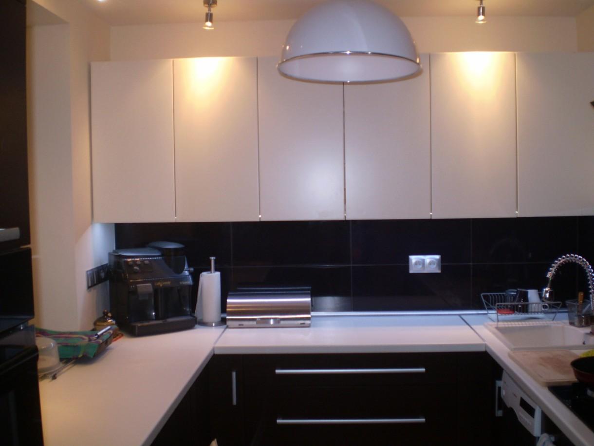 Kuchnia, KUCHNIA - Oświetlenie --- na dole szafek przyklejona jest listwa ledowa na calej długości, ktora oświetla cały blat a na górze szafek znajduja sie reflektorki które oświetlaja szafki górne