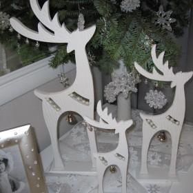 Oswojone renifery wśród śnieżynek ...........