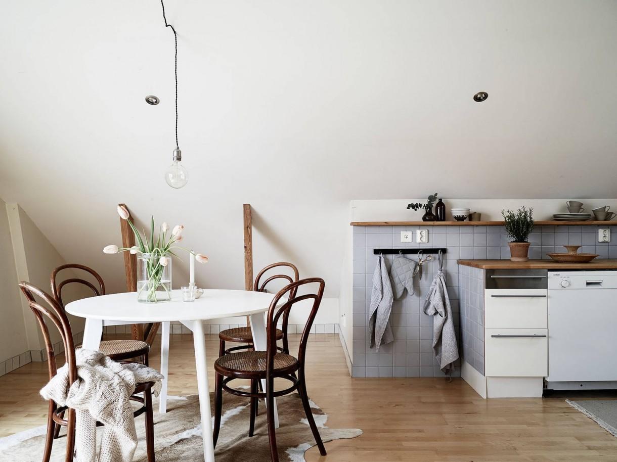 Poddasze, klimatyczne mieszkanie na strychu - hej! czy to mieszkanie nie jest piękne? :) uwielbiam, mieszkania na strychu z widocznymi belkami...mają klimat! więcej u mnie: http://panikroliczek.blogspot.com/2016/04/inspiracje-przestronna-kawalerka-na.html  pozdrawiam Was ciepło i dziękuje za wszystkie komentarze! :)