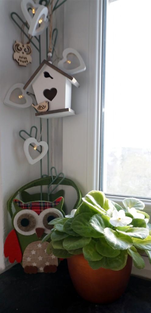 Sypialnia, Wiosna na parapecie - Mam nieduże okno i wąski parapet, ale przecież nie może stać bez dekoracji!