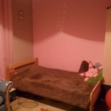 Całkiem pusta różowa ściana...