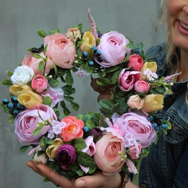 Mili, w naszej pracowni florystycznej i sklepie internetowym tenDOM od 6 już lat staramy sie przygotowywać możliwie najpiękniejsze kompozycje kwiatowe. Zapraszamy ciepło do zaglądania na naszą stronę. Oto próbka naszych majowych projektów.